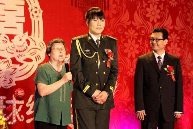 女篮第一人郑海霞现状如何?52岁是大校军衔,双腿变形独自拜佛