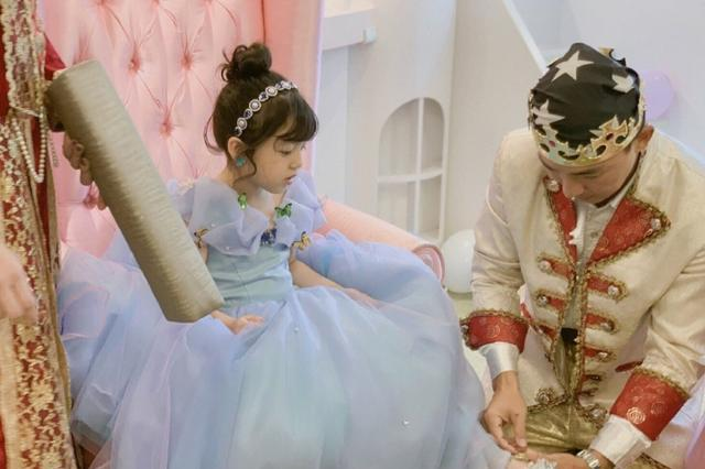 小泡芙化身灰姑娘庆祝6岁生日,还做专业的美甲,越来越甜美漂亮