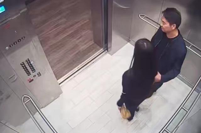 刘强东、刘静尧电梯内照片曝光,奶茶妹看见图5后,心都碎了
