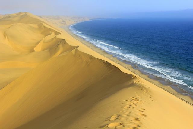 """世界上最""""湿润""""的沙漠:沙上能长草,跟大西洋紧挨在一起"""