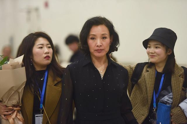 """58岁""""婉容皇后""""陈冲现身发布会 穿黑纱长裙身材纤细气质依旧"""