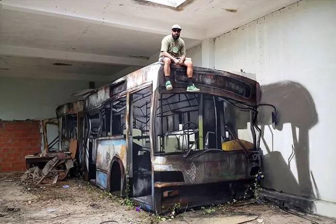 破墙壁变身废弃巴士,超级写实的3D街头艺术令人惊叹