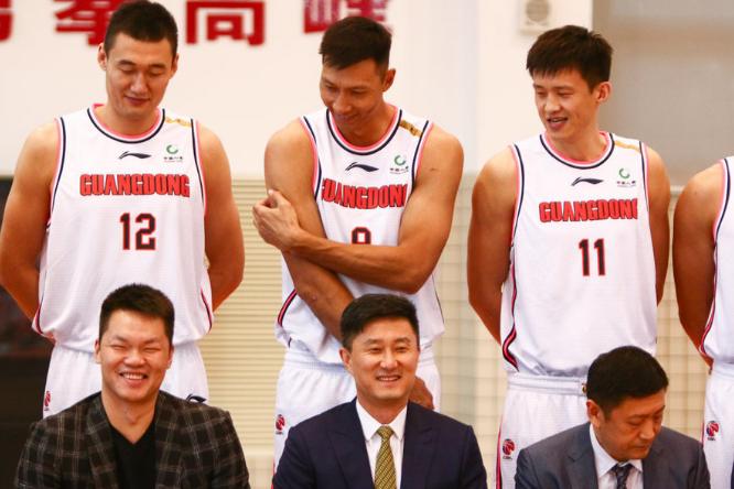 广东队新赛季官方写真出炉!四大佬笑个不停,万圣伟身高或有水分