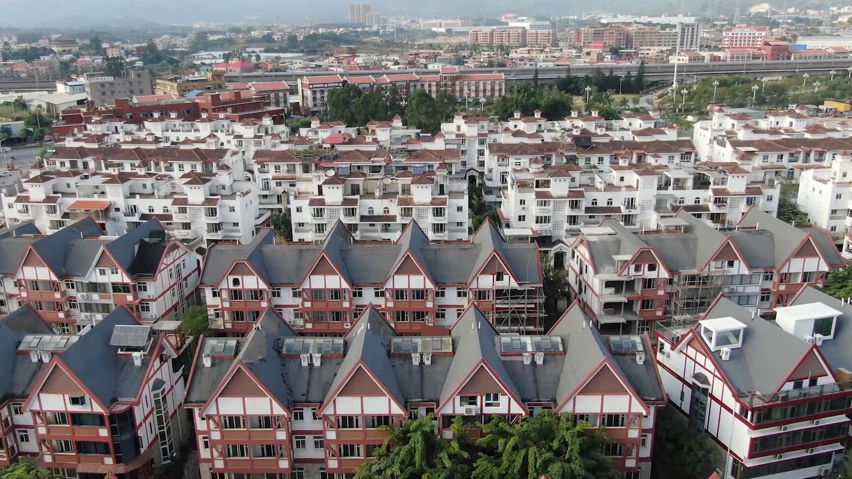 俯瞰福建漳州的一个新生态小镇,一栋栋别墅区屹立在此,环境怡人