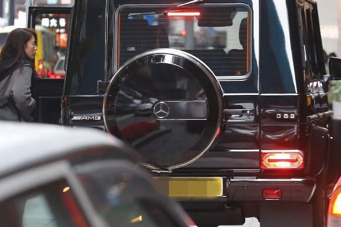 袁咏仪香港街头血拼,张智霖开200万奔驰当司机,隔天还帮忙取货