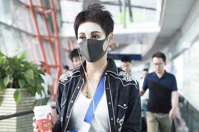 宁静机场敷面膜戴口罩,网友:大白天见鬼了