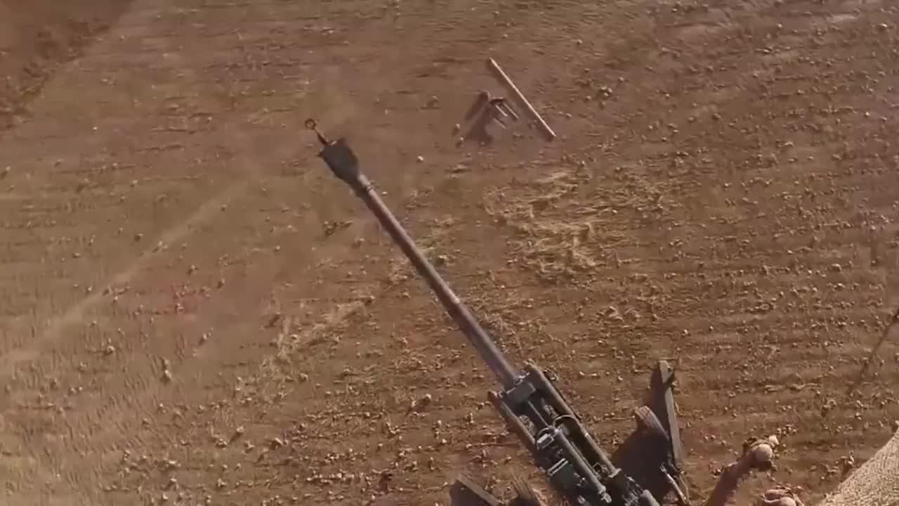 在叙利亚作战的美国海军陆战队展示M777榴弹炮