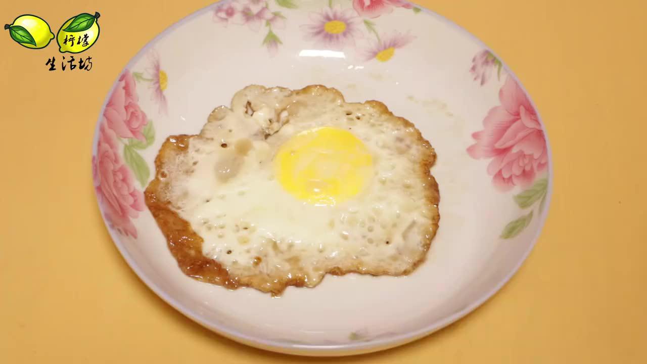 煎荷包蛋万万不可只放油在锅里丢一把鸡蛋又圆又嫩不糊锅