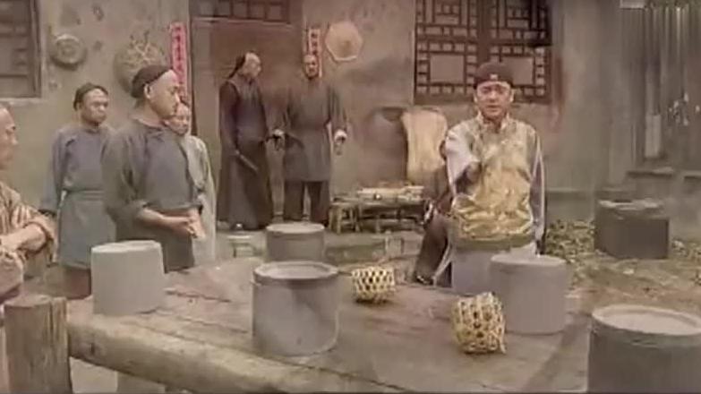 知县外甥被人打了搬来舅舅当救,兵怎料舅舅一来立马下跪