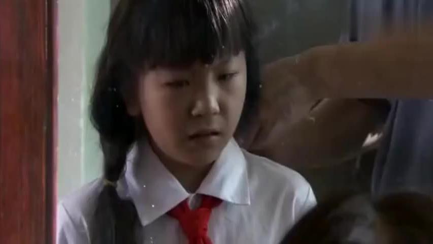 爸爸给女儿梳了个莲蓬头去上学,女儿委屈的小眼神,心疼了