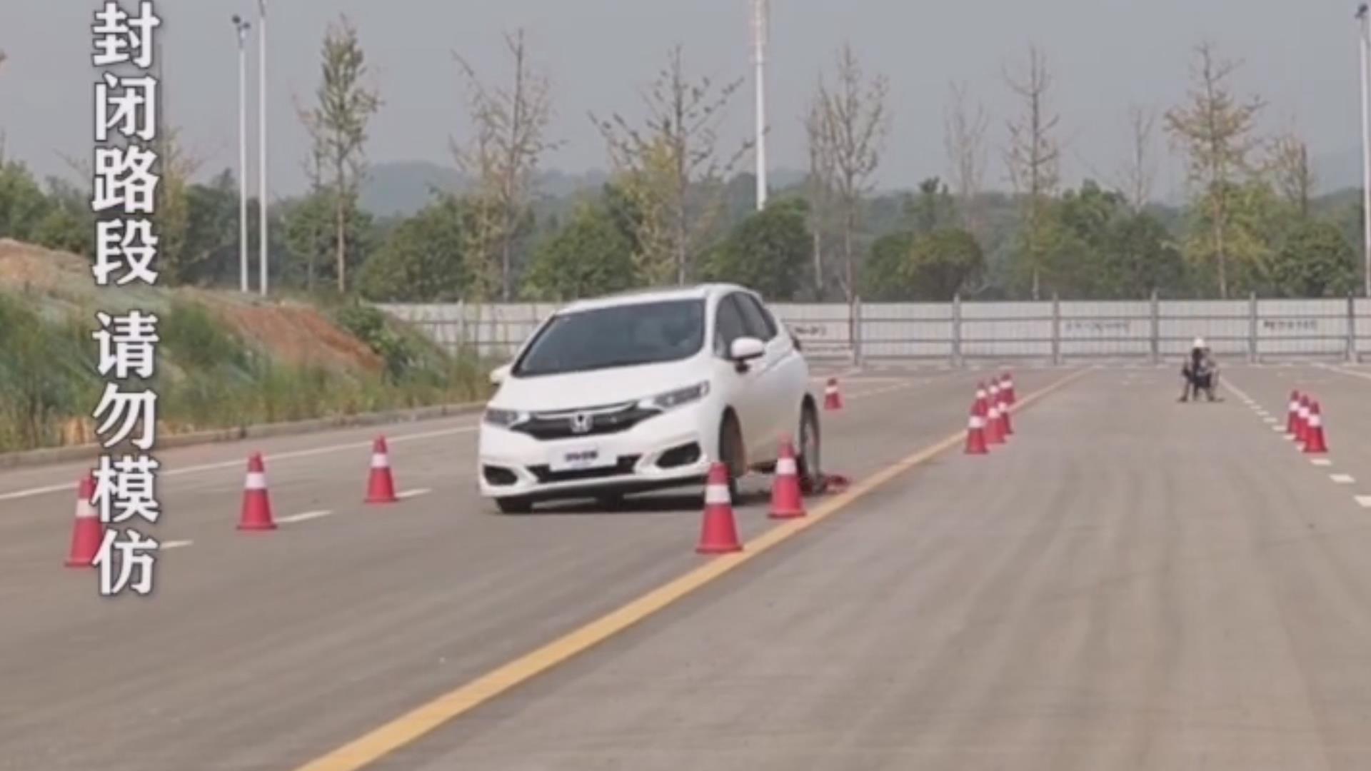 视频:本田飞度,74公里每小时麋鹿测试,失控险翻车!