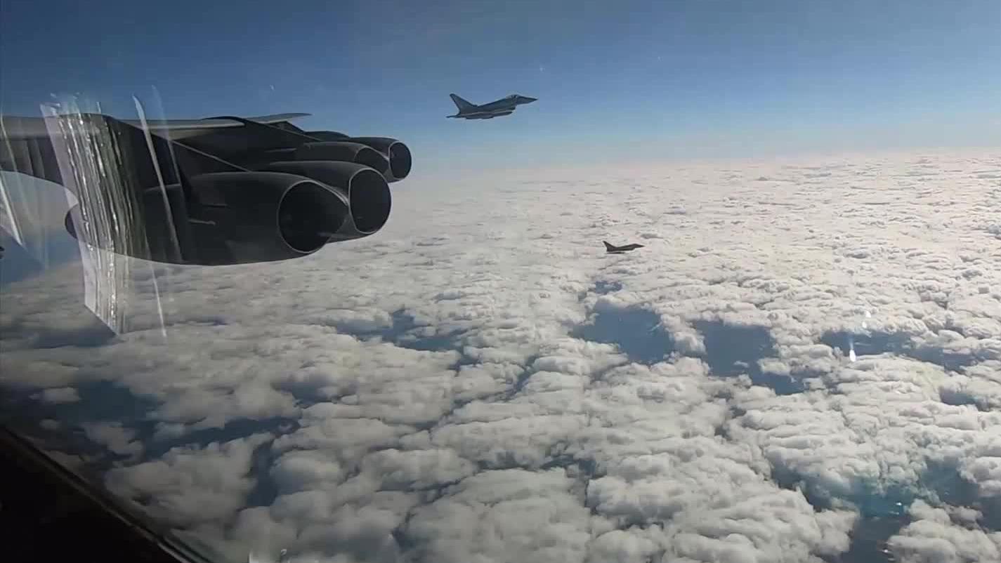 轰炸机穿越云层拨云见日豁然开朗,云端之上确实很美