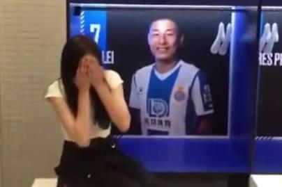 中国女星造访西班牙人更衣室!坐武磊专座害羞捂脸 太幸福了