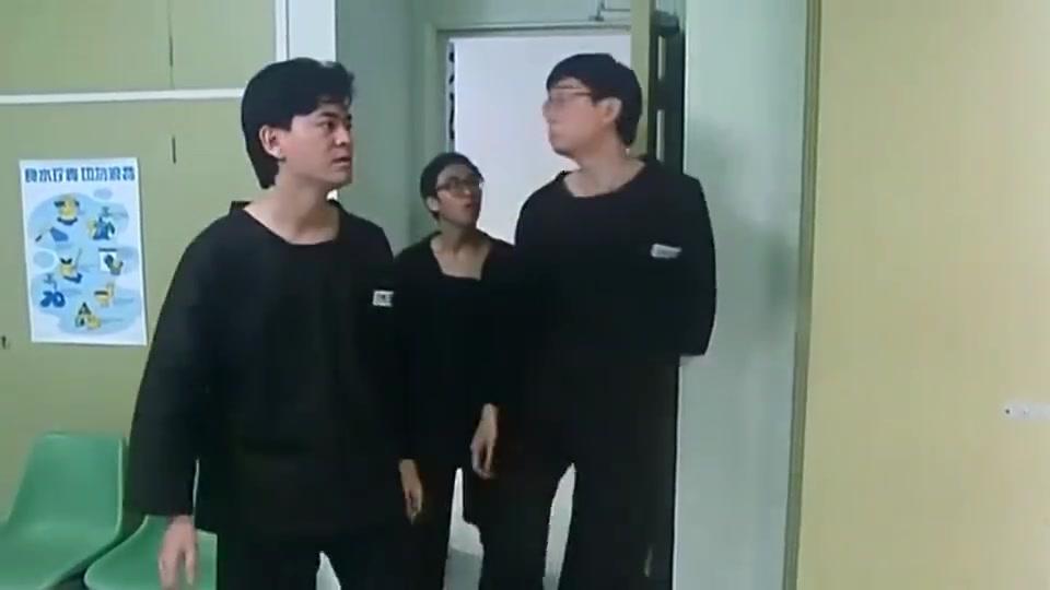 哥俩作法戏耍叻哥,在背后画上人体搞怪图,最后展示给狱友们看