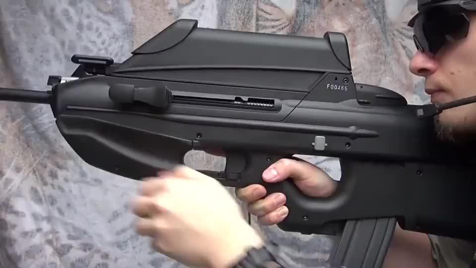 国外小伙展示玩具版F2000突击步枪采用BB弹供弹射击实测