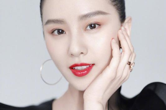 杨幂和刘诗诗同登芭莎,一个优雅一个时尚,比气质还是天鹅颈赢了