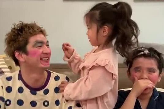 女儿有一套儿童化妆品,爸爸哥哥生无可恋,网友:女儿真是团宠