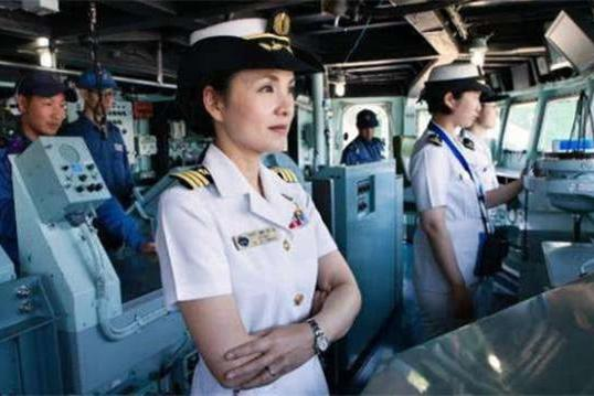 48岁美女舰长引起争议,花边新闻满天飞,美军司令成焦点人物