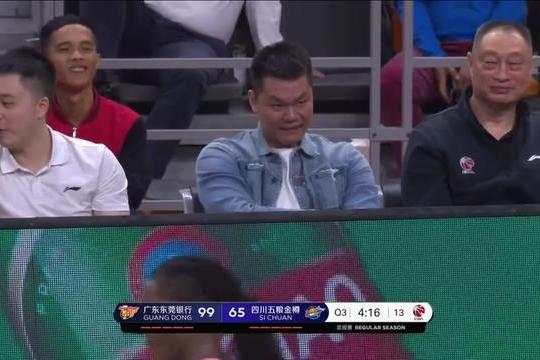 22分大胜!谁注意到曾繁日做完这一举动后,朱芳雨和杜锋都笑了!