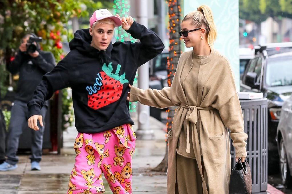 贾斯汀·比伯当街换睡衣!熬夜录新专辑,混乱中带错了海莉的帽子