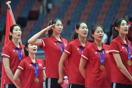 中国女排又上《新闻联播》!袁心玥霸气宣誓:军运会升国旗 行军礼