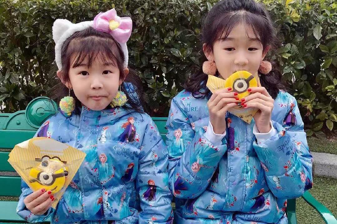 陆毅罕见晒照,俩女儿尚在小学双双打耳洞,大耳环配美甲扮相成熟