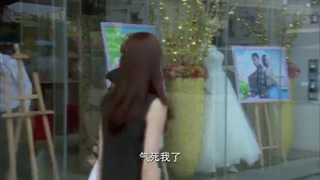 婚纱店摆出2人婚纱照,心机女路过见状拍下照片,有事要发生了