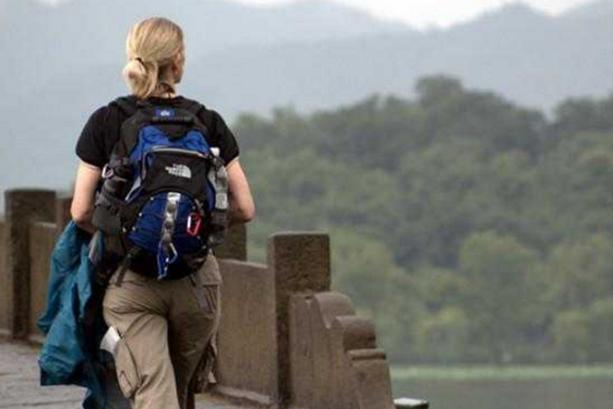 出门旅游,为啥中国人都用行李箱,外国人用背包,外国人:你不懂