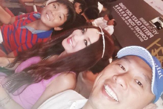 温碧霞携丈夫孩子出席容祖儿演唱会,异域风头饰抢镜,笑容甜美