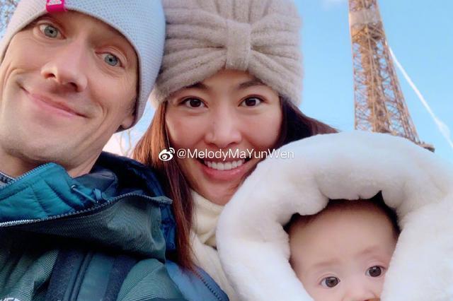 女排名将一家三口在埃菲尔铁塔下拍摄全家福,混血女儿长得超可爱