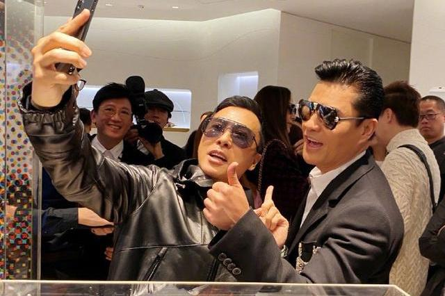 63岁吕良伟为甄子丹新店站台,兄弟俩不停自拍表情超嗨