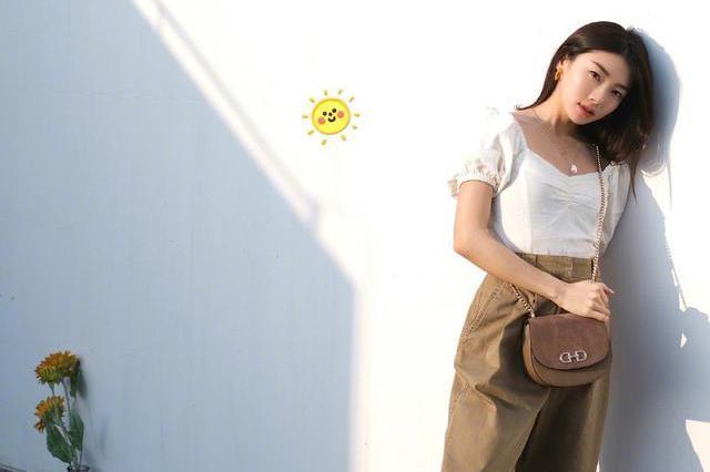 她是郑恺前女友,今穿复古风上衣配棕色直筒裤,尽显优雅名媛范