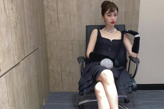 95后虞书欣解锁赫本风,黑色吊带裙搭配丸子头,清新又减龄