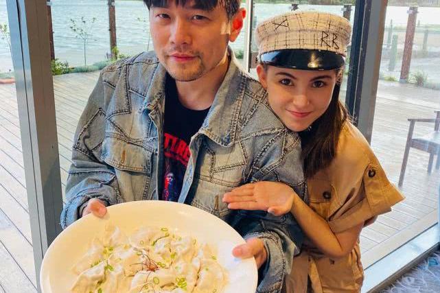 周杰伦昆凌带子女回娘家过春节 一家人包水饺和做蛋糕很温馨
