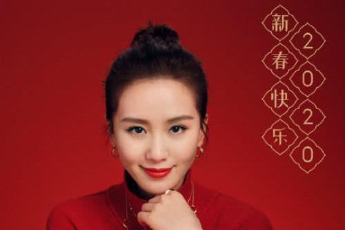 刘诗诗春节时尚大片曝光,正红色毛衣搭配金色质感腕表,气质优雅