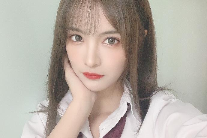偶像女团SNH48杨冰怡晒写真美照有点酷哦