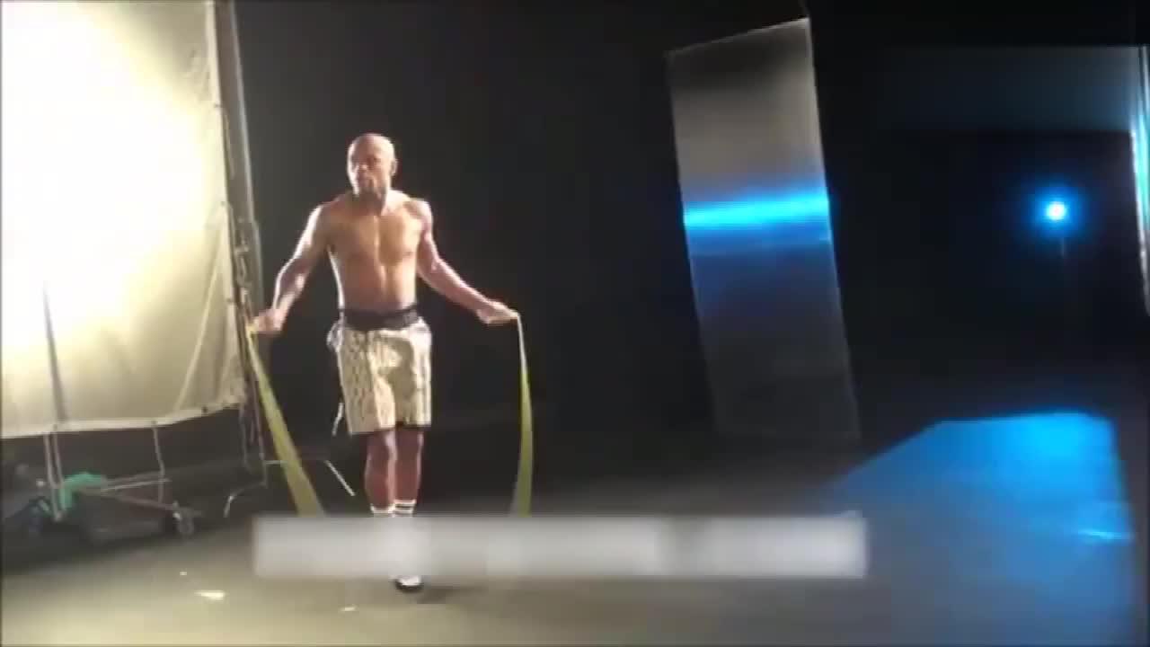 看梅威瑟跳绳简直就是一种视觉享受,顶级拳王跳绳就是不一样