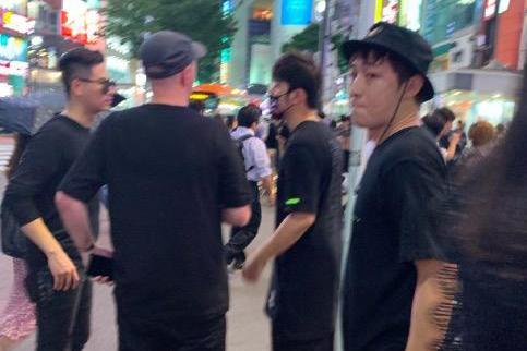 网友日本偶遇周杰伦,戴着口罩一身酷黑装扮,站在街头与友人聊天