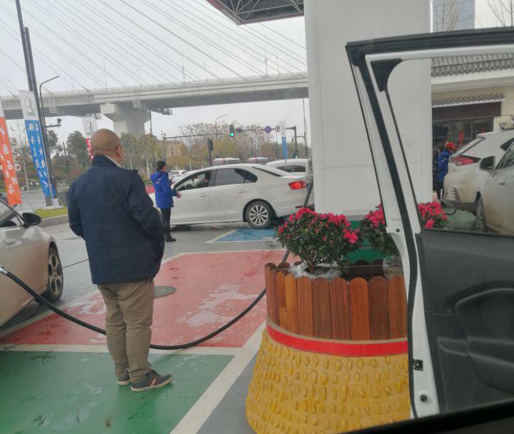 出趟门加油发现油价涨了服务质量也提升了