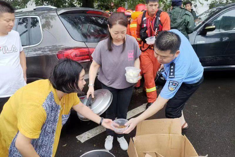 90后大学生志愿队台风天献爱心 避险安置点 送20000只嵊州小笼包