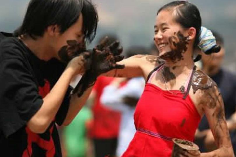 """我国十大魅力节日之一:""""摸你黑狂欢节"""",男女互抹,以表祝福"""