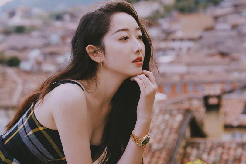 女演员蒋梦婕清新靓丽时尚街拍