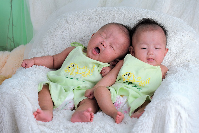 60岁老人失独再孕,产下双胞胎女儿,为了女儿立志活到104岁