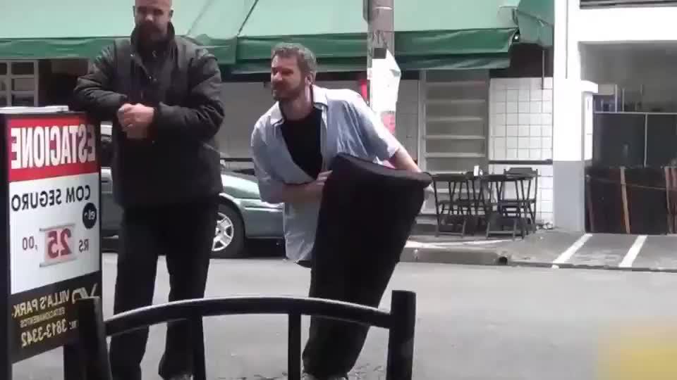 国外爆笑街头恶搞:男子吓人失败成行为艺术,纷纷要求拍照好尴尬