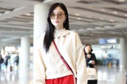 39岁李小璐近照曝光,携甜馨出行,穿着鲜嫩美似少女