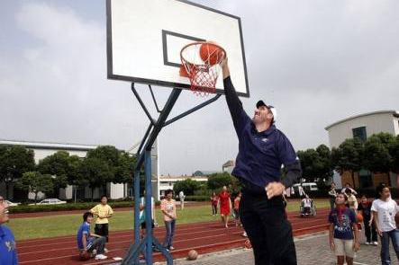 "NBA能站着扣篮的""怪兽"",现役2人完成,2米31波尔场上鹤立鸡群"