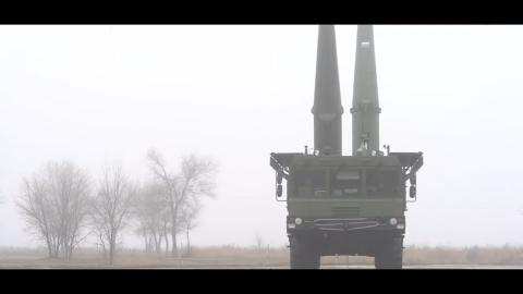 俄罗斯龙卷风多管火箭炮火力打击 无人机实拍弹如雨下
