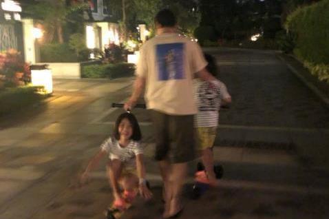 蔡少芬一家别墅区遛弯,张晋和俩女儿穿拖鞋玩滑板,超接地气!