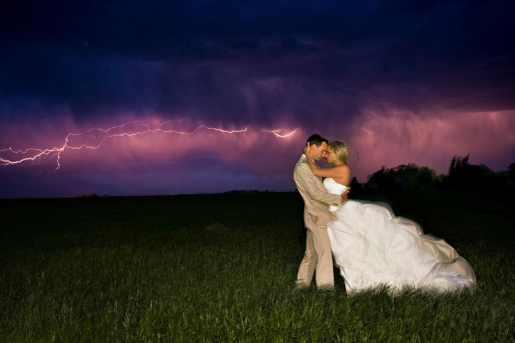 一组冒着生命危险拍摄的婚纱照