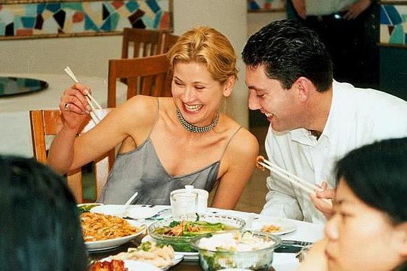 老外吐槽中餐吃不饱,看到他们的吃法,网友:这样能吃饱才怪
